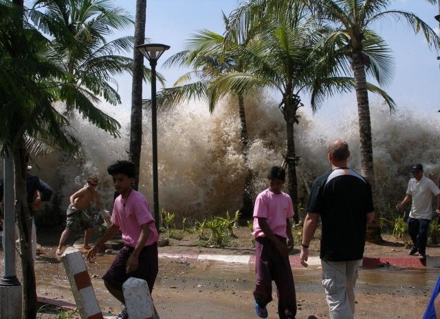 Угрожающая стена воды стала надвигаться, когда спасаться было уже поздно. Ошеломленные люди бежали, но захлестнутые огромной водяной стеной, исчезали из вида.
