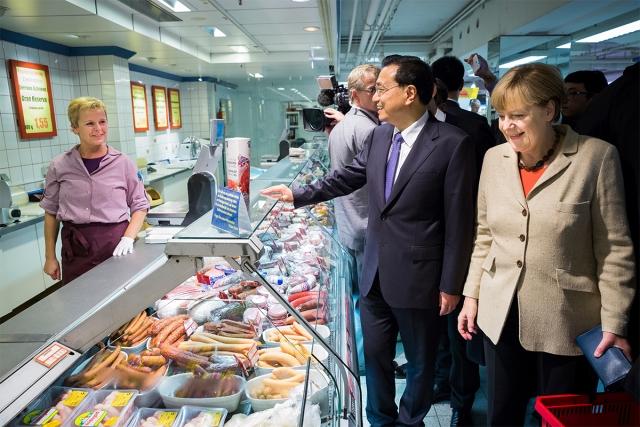 Канцлер Германии Ангела Меркель прожила 35 лет в социалистической Восточной Германии, где часто наблюдался продуктовый дефицит. С тех пор у нее осталась привычка запасаться продуктами и бытовыми моющими средствами.