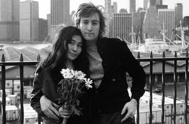 Джон Леннон познакомился с художницей Йоко Оно на выставке в 1966 году. Джон был женат, и Йоко, желая обратить на себя внимание, часами просиживала на его крыльце, присылала письма с угрозами.