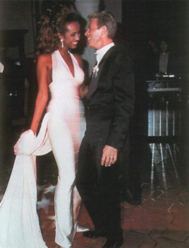 Дэвид Боуи и Иман. 6 июня 1992 года во Флоренции состоялась свадьба одной из самых красивых пар в мире шоу-бизнеса: темнокожая модель и легенда рока решили пожениться через два года после знакомства. Ему было 45 лет, ей - 37.