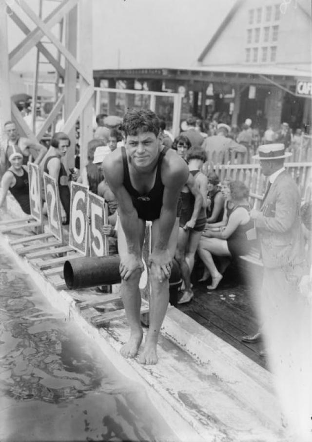 А на Олимпийские играх 1924 и 1928 годов в Париже и Амстердаме он уже выиграл пять золотых медалей в плавании вольным стилем и одну бронзовую – в водном поло.