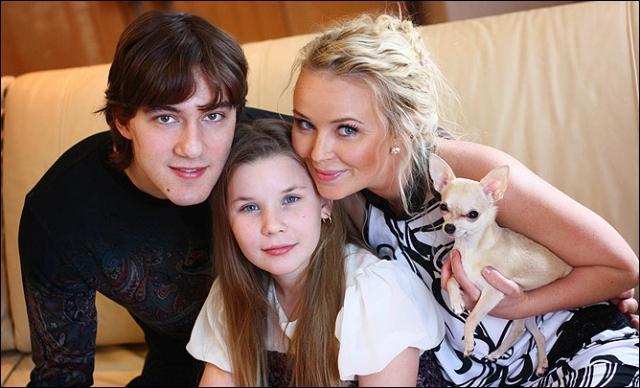 Сейчас счастливая семья воспитывает уже двух дочерей.