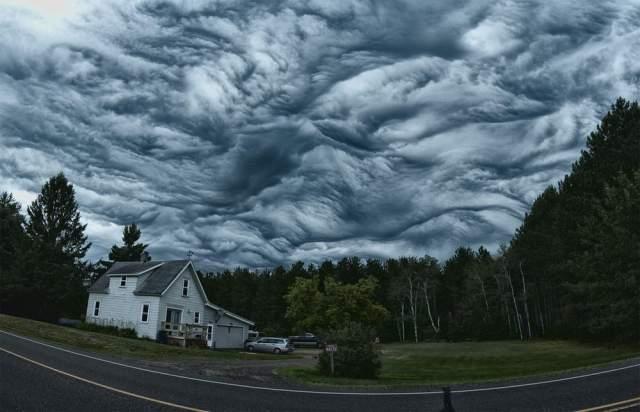 Океан в небе. Кажется, будто бы океан поднялся в небо и начал там бушевать. Но это лишь мало изученный пока тип облаков Undulatus asperatus.