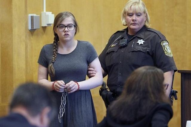 Две 12-летние девочки в Висконсине замыслили убить свою одноклассницу, заманили ее в лес и ударили ножом 19 раз. К счастью, девочка выжила, а обеим обвиняемым были предъявлены обвинения как взрослым в покушении на убийство первой степени.