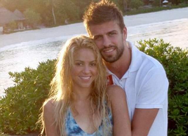 """29 марта 2011 года Шакира разместила в Twitter и Facebook первое совместное фото с Пике, публично объявив о том, что они - пара: """"Я представляю вам мое солнышко""""."""