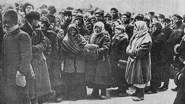 Прибывший на Павелецкий вокзал траурный поезд был встречен огромной толпой. По оценке Нины Тумаркин, в период 23-26 января у гроба Ленина побывало до полумиллиона человек.