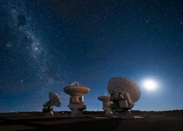 """""""Нам не известен ни один астрономический объект, способный генерировать такой уровень радиоизлучений с таким уровнем яркости, в десятки миллиардов раз превосходящий уровень яркости тех же самых мощных из известных нам пульсаров"""" - говорят ученые."""