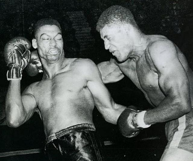 За несколько дней до поединка, который состоялся 11 декабря 1954 года, Сандерс жаловался тренеру на головные боли, однако, все же вышел на ринг. Невзирая ни на что, спортсмен продержался на ринге десять раундов, безрезультатно пытаясь нокаутировать Вилли Джеймса. 11-й раунд для Сандерса стал последним в его жизни.