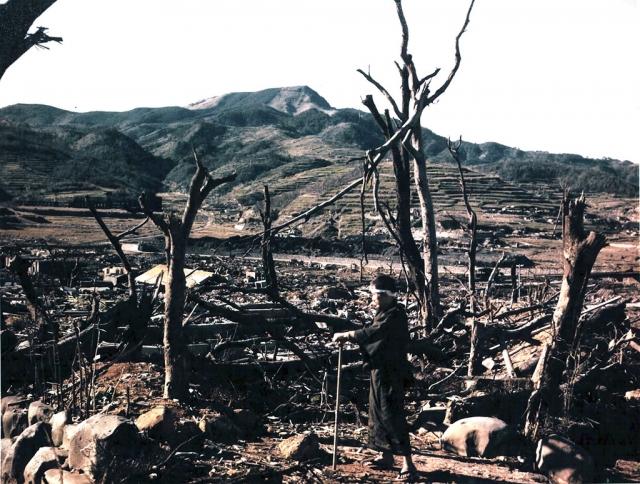 Доктор Нагаи осматривает руины Нагасаки.