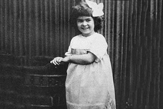 Коко Шанель, 1883-1971. Женщина-легенда, икона стиля Габриэль Бонёр Шанель родилась во Франции в 1883 году и была вторым ребенком у родителей, которые не были женаты. Ее мать умерла при родах, а отцу-одиночке дети были не очень-то и нужны.