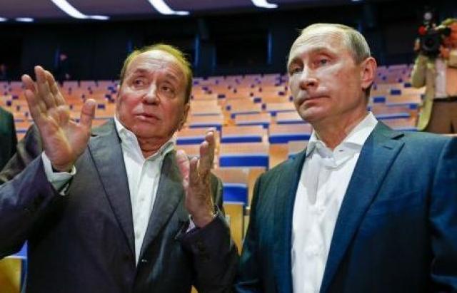 """Прибыльное дело. Ни одно телешоу в России не удостаивалось столь высокого внимания. Открытие молодежного центра """"Планета КВН"""" в здании бывшего кинотеатра """"Гавана"""" посетил сам Владимир Путин."""