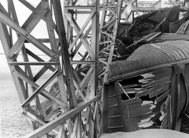 Большое число жертв объясняется тем, что в момент столкновения большая часть пассажиров находилась в кинозале и на танцплощадке на верхней палубе, полностью уничтожений столкновением с фермой моста. После столкновения теплохода с пролетом моста часть пассажиров выпрыгнула за борт, именно благодаря своевременным действиям и помощи железнодорожников и врачей многих удалось спасти.