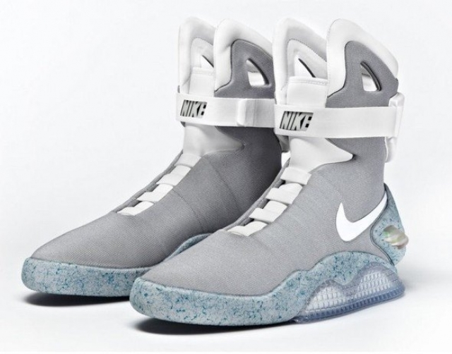 """А недавно """"Найк"""" выпустили кроссовки, которые зашнуровываются автоматически , практически как и те, в которых щеголял Марти МакФлай в будущем."""