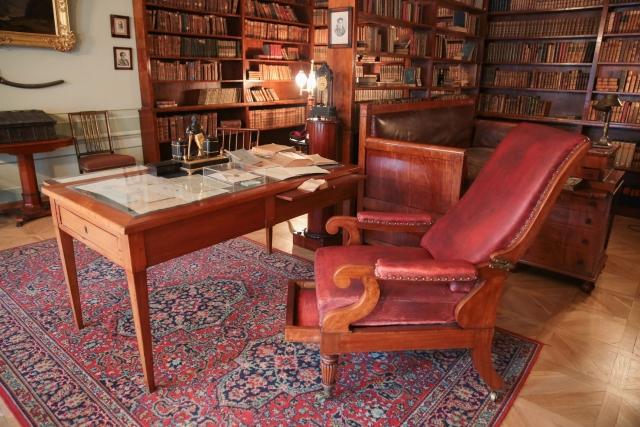 """Вся стена была уставлена полками с книгами, а вокруг кабинета были расставлены простые плетеные стулья. Кабинет был просторный, светлый, чистый, но в нем ничего не было затейливого, замысловатого, роскошного, во всем безыскусственная простота""""."""