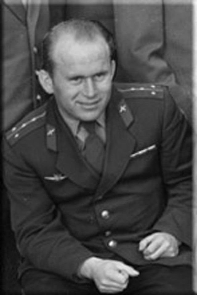 После разбирательства и отчисления Аникеев взял себя в руки и продолжил службу в Военно-воздушных силах. Служил старшим летчиком, а затем и штурманом наведения командного пункта в Тверской области.