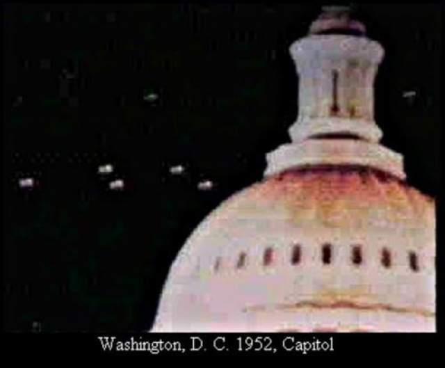 Здание Капитолия, Вашингтон, 1952 Речь идет, вероятно, о самом знаменитом снимке НЛО, сделанном на заре урологии в столице Соединенных Штатов. По свидетельству ряда очевидцев, 19 июля 1952 года таинственные НЛО кружились над Белым Домом зданием Капитолия и Пентагоном. Объекты появились также на радарах национального аэропорта и базы ВВС Эндрюс и затем бесследно исчезли.