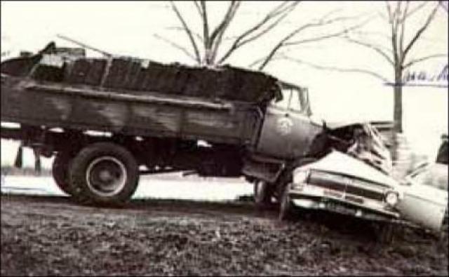 """Пытаясь избежать лобового столкновения с едущим навстречу грузовиком, Быков резко вывернул руль своей """"Волги"""" и на полной скорости врезался в каток."""