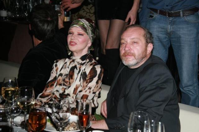 Пятый и последний брак звезды состоялся с Сергеем Сениным , продюсером, который оказался младше своей супруги на 20 лет. Брак длился с 1992 года до смерти актрисы.