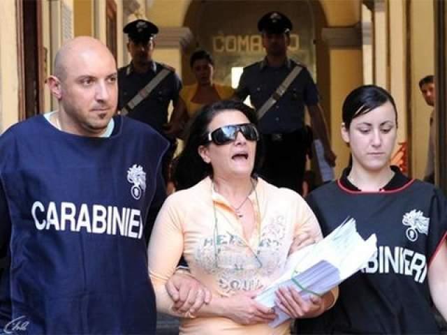 Помимо своей деятельности на поприще наркотрафика, Личчарди также известна торговлей людьми. Она использовала несовершеннолетних девочек из соседних стран, например из Албании, заставляя их работать проститутками и нарушая таким образом давний кодекс чести неаполитанской мафии, согласно которому нельзя зарабатывать на проституции. После того как одна из сделок по продаже партии героина сорвалась, Личчарди попала в список самых разыскиваемых преступников и была арестована в 2001 году. Сейчас она за решеткой, но, по слухам, Мария Личчарди продолжает руководить кланом, который не собирается останавливаться.