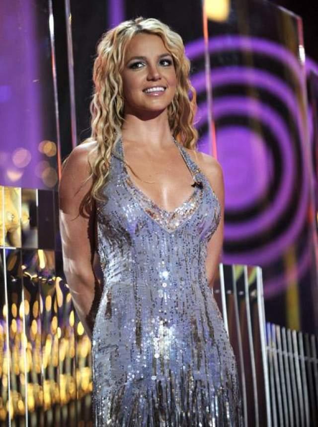 Бритни Спирс во время своего печально известного кризиса в феврале 2007 года собственноручно побрила свою голову, когда стилист салона в Калифорнии отказался это делать.