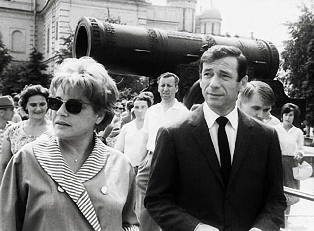 Французские актеры Синьоре Симона и Ив Монтан во время осмотра Московского Кремля. 1963 год.