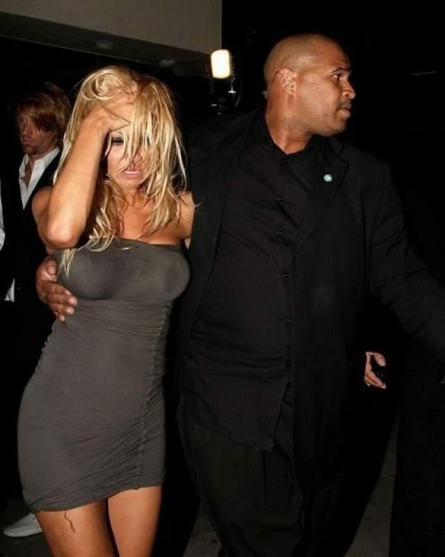 Пьяная Памела Андерсон. Папарацци подловили пьяную актрису, когда она выходила из клуба Guys & Dolls в Голливуде.