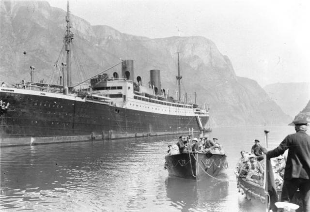 """Названный """"Мюнхеном"""", он был спущен на воду в 1923 году, и первое свое плавание в Америку предпринял 26 июня 1923 года."""