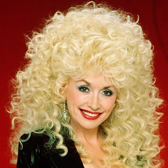 Долли Партон. Актриса и певица говорит, что она экономит время, нося огромные парики блонд, и что это очень удобно.