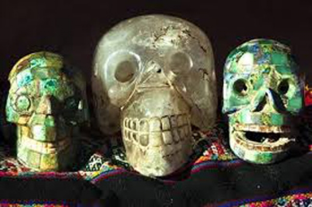 Способ, которым были изготовлены черепа, до сих пор доподлинно неизвестен, многие приверженцы паранормальных теорий, приписывают авторство инопланетным пришельцам.