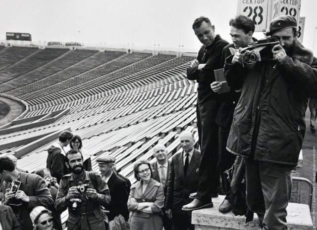1963 год, первый визит кубинского лидера в СССР. Фиделя Кастро сфотографировали, пока он фотографировал кого-то на стадионе в Ленинграде.