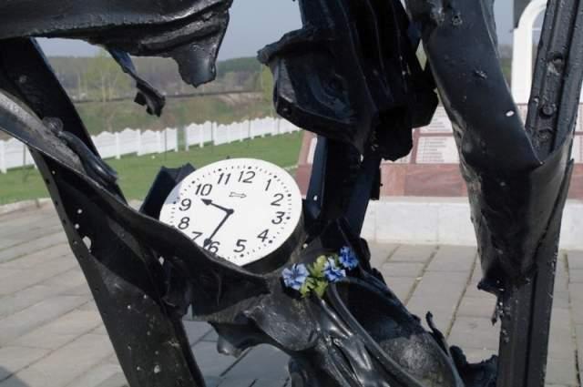 Стрелки на этом циферблате за все время своего существования еще ни разу не сдвигались даже на миллиметр. Они навсегда застыли на отметке 9:32 - ровно в это время произошел роковой взрыв.