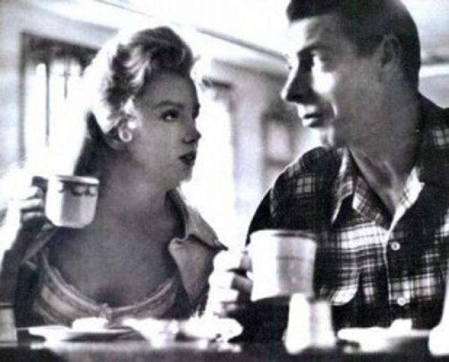 Однако, у Джо и Мэрилин были абсолютно разные взгляды на жизнь. Он хотел домашнего уюта, тепла и заботы, а она продолжала искать славы и новых ролей. С самого начало было понятно, что эти отношения не продержатся долго, и все же они оба решили рискнуть.