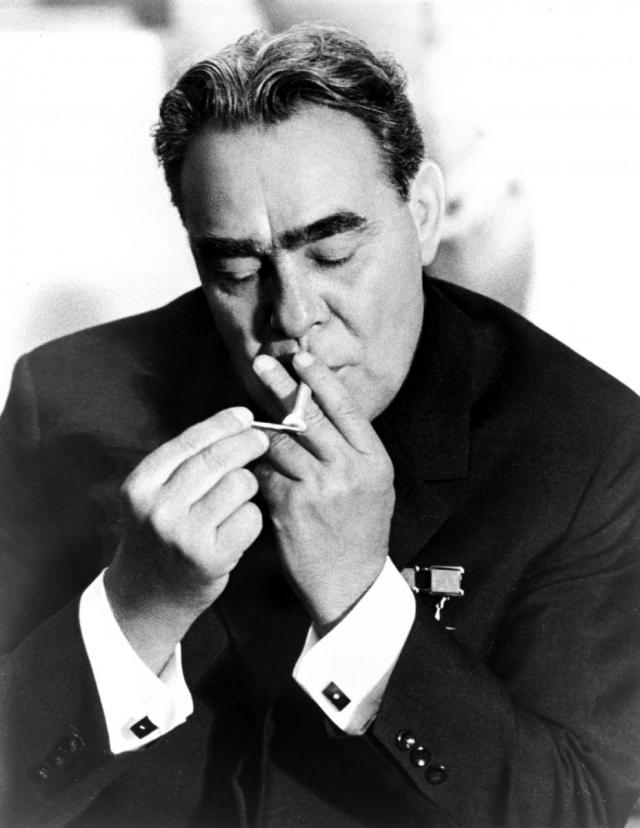 Брежнев всегда любил закурить, а когда по состоянию здоровья ему это запретили, он заставлял курить других и вдыхал табачный дым.