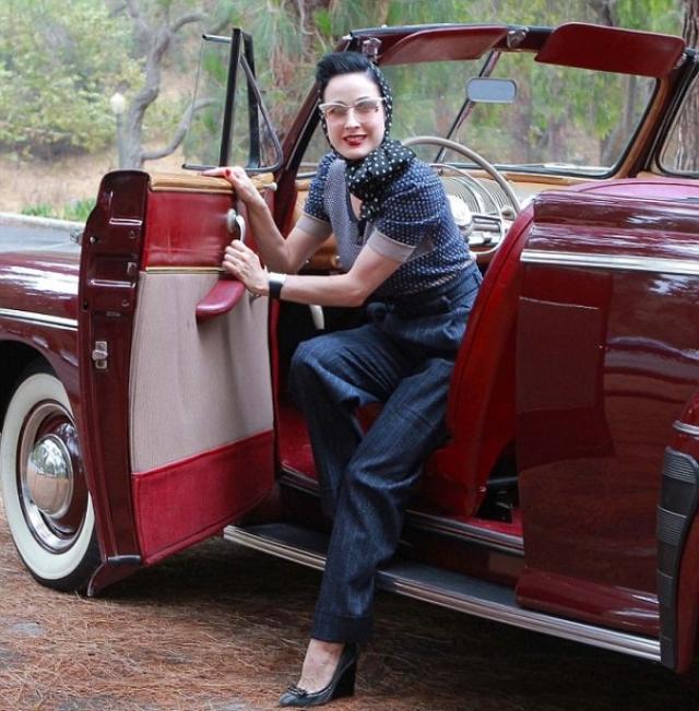 Звезда бурлеска Дита фон Тиз обожает ретро,кроме корсетов она коллекционирует винтажные автомобили и порнофильмы 40-х годов.