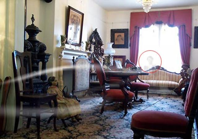 Дом Уэйли также известен паранормальной активностью. Так, считается, что на данном фото запечатлен призрак Томаса Уэйли, умершего от отравления муравьиным ядом.