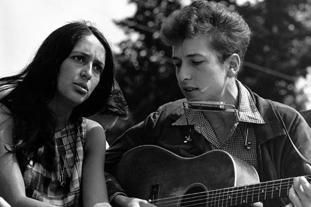 В 1960-х сердце Дилана снова воспылало любовью. На этот раз избранницей музыканта стала Джоан Баэз. Девушка также исполняла песни в стиле фолк. Увы, и эти отношения завершились: в 1965-м пара рассталась.