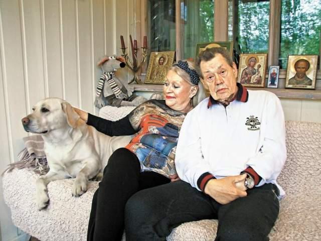 На данный момент женщина прекратила актерскую деятельность, чтобы полностью посвятить себя заботам о супруге. Семья постоянно ездила на лечение и восстановительные процедуры в разные страны мира. 26 октября Николай Караченцов умер в онкологической больнице Москвы, ему было 73 года.