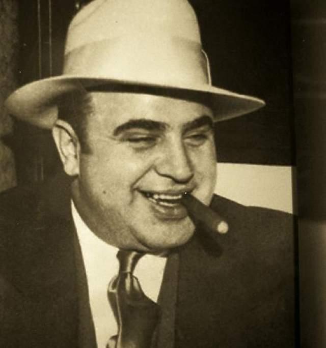 Аль Капоне Альфонсо Габриэль Капоне по прозвищу Великий Аль не нуждается в представлении. Пожалуй, это самый знаменитый гангстер за всю историю и его знают во всем мире. Капоне происходил из уважаемой и благополучной семьи. В 14 лет его выгнали из школы за то, что он ударил учительницу, и он решил пойти по другому пути, окунувшись в мир организованной преступности. Под влиянием гангстера Джонни Торрио Капоне начал свой пусть к известности. Он заработал шрам, из-за которого его прозвали Лицо со шрамом. Занимаясь всем, от контрабанды алкоголя до убийств, Капоне был неуязвим для полиции, мог свободно передвигаться и делать то, что ему заблагорассудиться.