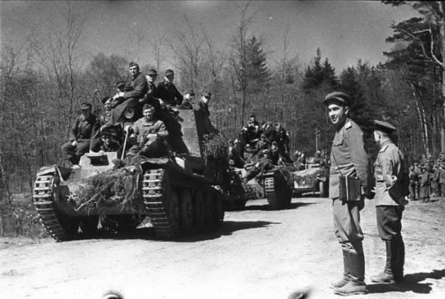 Офицеры 3-го Белорусского фронта принимают сдающихся в плен вместе с бронетехникой немцев, в том числе из состава 4-й танковой дивизии.