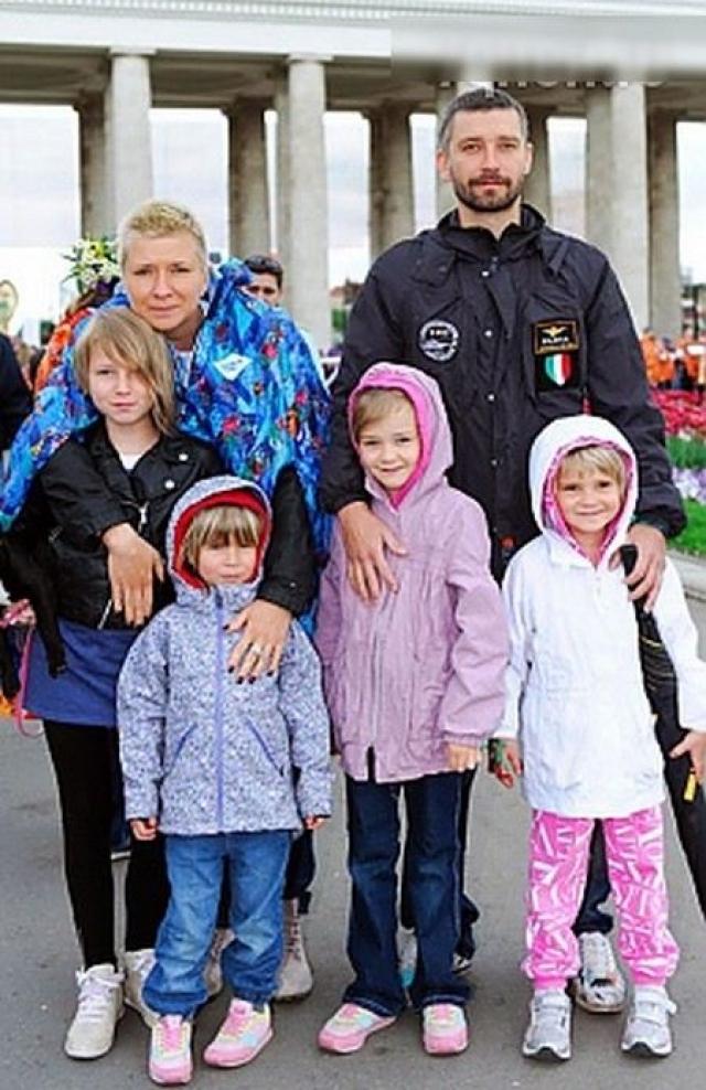 Владимир Кристовский. Лидер группы Uma2rmaH в 2013 году развелся с женой Валерией Кристовской (Римской), оставив ее с четырьмя детьми.
