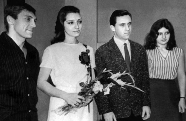 Владимир Высоцкий и Людмила Абрамова. В 1961 Высоцкий на съемках фильма познакомился с актрисой Людмилой Абрамовой. Она стала его второй женой и родила Высоцкому двоих детей – Аркадия и Никиту. В 1968 году они разошлись.