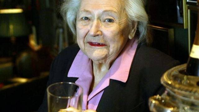 """В итоге Нэнси возвращается в Лондон. В послевоенное время она была награждена орденом Австралии и медалью Георгия. Уэйк в 1985 году издала автобиографию """"Белая Мышь""""."""
