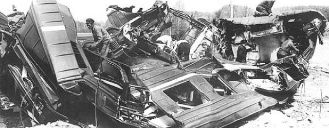 В результате крушения оказались разбиты до степени исключения из инвентаря 2 вагона электропоезда и тепловоз.