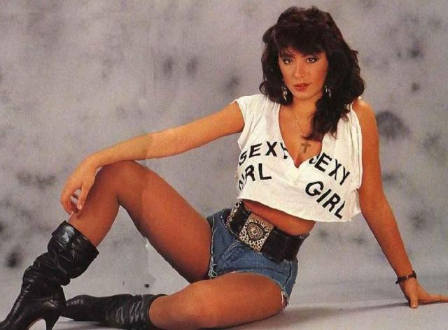 Сабрина. Несколько зажигательных хитов и тысячи откровенных фотографий на обложках журналов и в кабинах дальнобойщиков сделали свое дело – Сабрина стала звездой 80-х.