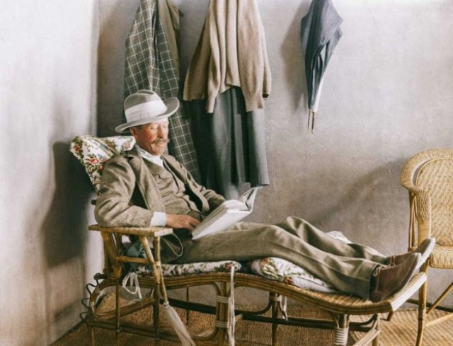 Началось все с того, что в 1907 году 5-й граф Карнарвон Джордж Герберт нанял египтолога и археолога Говарда Картера для наблюдений и раскопок в Долине царей в Египте. На фото: Лорд Карнарвон, профинансировавший раскопки, читает на веранде дома Картера возле Долины царей.