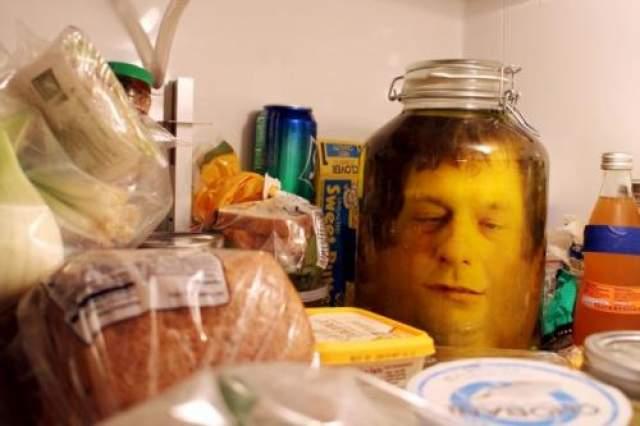 """""""Украсьте"""" холодильник Распечатанное лицо, банка с водой - и розыгрыш не для слабонервных готов."""