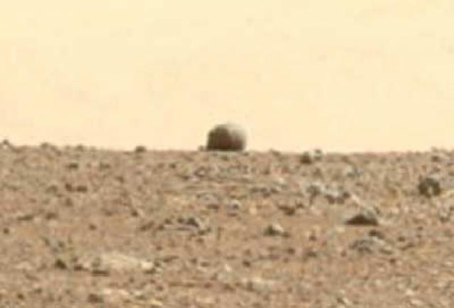 """А это """"постройка"""" на горизонте кратера Гейла."""