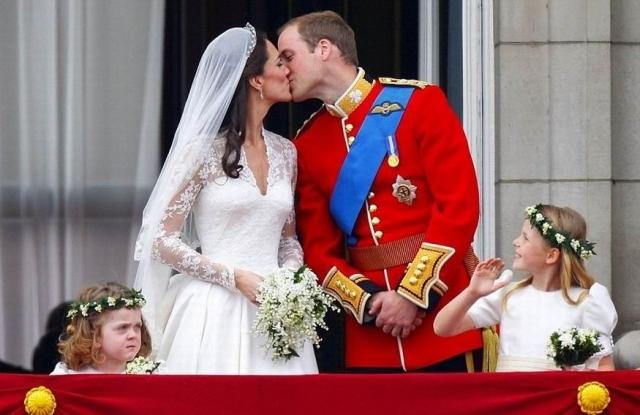 Кульминацией свадебного торжества стал поцелуй герцога и герцогини Кембриджских на балконе Букингемского дворца.