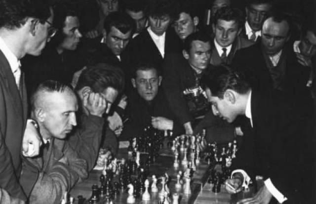 М. Таль дает сеанс одновременной игры шахматистам. Минск. Автор: Савин Михаил, 1960 год