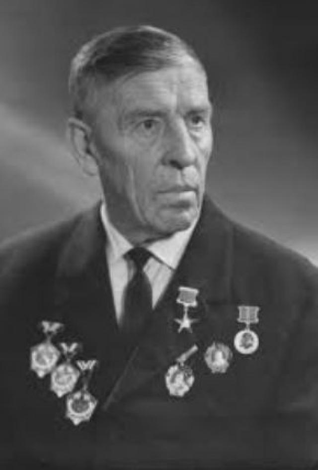Он поскользнулся на шкурке яблока, ударился головой и умер, не приходя в сознание. Похоронен на городском кладбище в городе Торезе Донецкой области.